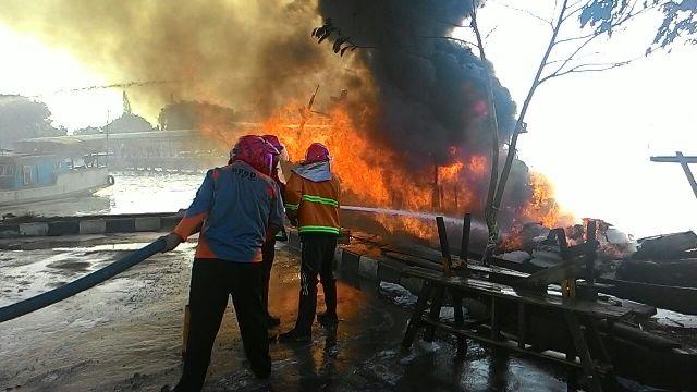 Kapal Jasa Laut yang Terbakar di Dermaga Jepara