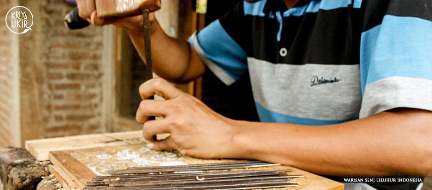 Proses-pengukiran-Pesanan-Kustom-kotak-ukir terbaik-dikirim-ke-Belanda-oleh-Kartini-dibuat-oleh-Rumah-Kartini-dan-Kriya-Ukir-Jepara-Indonesia