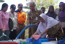 Plt Bupati Jepara membagikan air bersih untuk warga Desa Kaliombo Pecangaan yang terdampak kekeringan, Senin (09/09/2019).