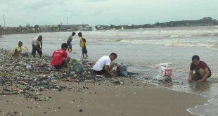 Batu Bara Berhamburan di Pantai Sekembu