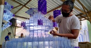 Kreatif, Warga Jepara Bikin Kap Lampu Megah dari Botol Plastik Bekas